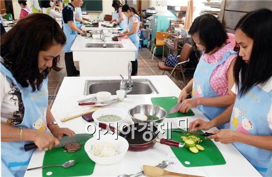 음식을 만들고있는 이주여성들.
