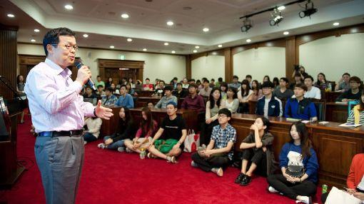 권오용 효성그룹 고문이 19일 부산 동서대를 찾아 기업문화 특강을 하고 있다. 학생들이 기업의 역할과 책무를 설명하는 권 고문의 강의를 귀 기울여 듣고 있다.