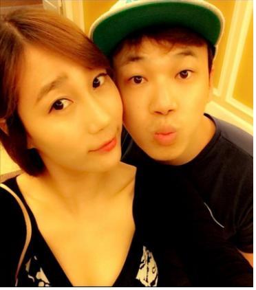 왕배가 자신의 트위터에 전희숙 선수와의 커플사진을 공개했다. [사진= 왕배 트위터 캡처]
