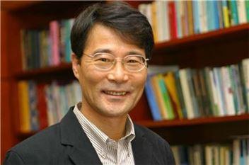 """장하성 교수는 '한국 자본주의'에서 """"정의로운 자본주의가 현실이 될 희망은 민주주의에 달려 있다""""고 조언한다."""