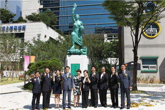 강남훈 이사장(왼쪽 네번째)이 수출의 여인상 제막식 직후 여인상 앞에서 산업단지 관계자들과 기념촬영을 하고 있다.