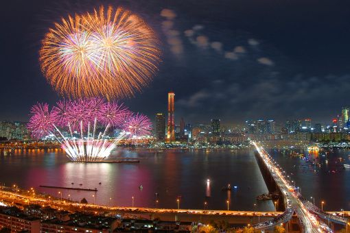 지난 2013년 개최된 한화와 함께하는 서울세계불꽃축제에서 펼쳐진 화려한 불꽃쇼 장면들.
