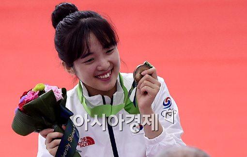 [포토]김설아,'동메달 목에 걸고 애교 미소'