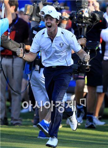 로리 매킬로이가 2012년 라이더컵 당시 유럽연합의 우승이 확정되는 순간 환호하고 있다. 사진=Getty images/멀티비츠