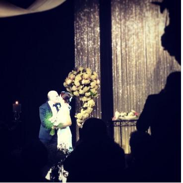 전수경이 하객들의 축복 속에서 남편 에릭스완슨과 키스를 나누고 있다 [사진= 박지연 인스타그램]