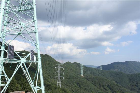 ▲한국전력은 23일 밀양시 5개면 전체 철탑 69기 조립을 완료했다고 밝혔다. 사진은 조립이 완료된 밀양송전탑 모습.
