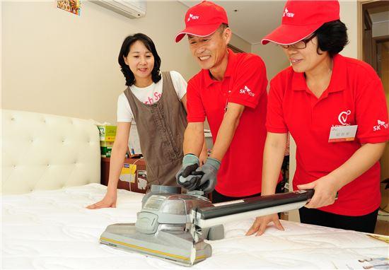 SK건설의 청소전문가가 경기 수원시 정자동 '수원 SK스카이뷰' 입주가구에서 무료 청결서비스를 제공하고 있다.(사진제공: SK건설)