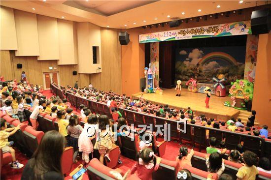 완도군은 22일 완도문화예술의 전당에서 관내 어린이집 및 유치원생 713명을 대상으로 예방접종을 주제로 한 인형극 '피노키오와 호호주사'를 공연 했다.