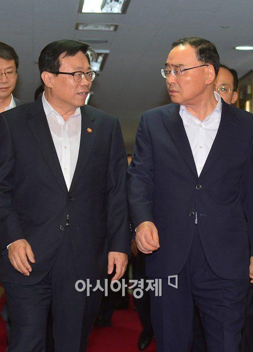 [포토]대화 나누는 정홍원 총리-이동필 장관