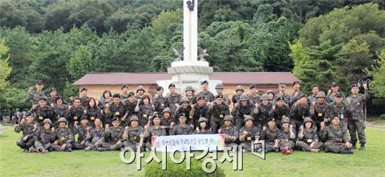 특기병 부모 병영체험 행사에 참여한 부모님과 장병들이 단체기념사진을 촬영 하고 있다.
