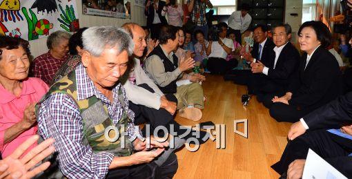 [포토]새정치민주연합 지도부, 경로당 어르신들과의 대화