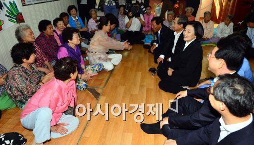 [포토]어르신들과 대화 나누는 새정치민주연합 지도부