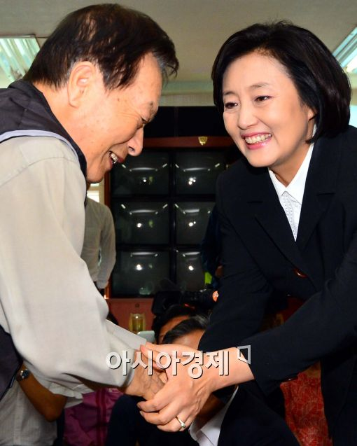 [포토]어르신과 인사 나누는 박영선 원내대표