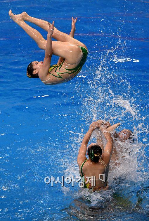 [포토]화려한 연기 펼치는 북한 싱크로나이즈드스위밍 선수들