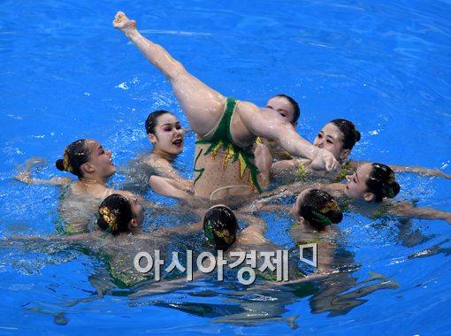 [포토]화려한 연기 펼치는 북한 싱크로나이즈드 대표팀