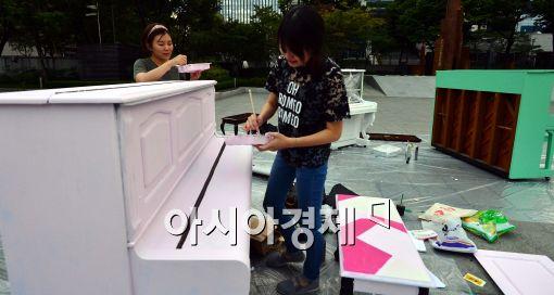 [포토]피아노에 페인트칠 하는 예술가들