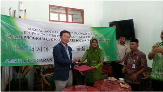인도네시아 현지학교를 직접 찾아 지원품을 전달하는 조동환 태평양물산 부사장