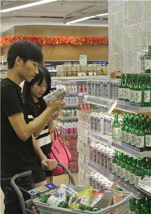 중국 상하이 최고급 백화점인 지우광백화점 내 후레쉬 마트(Fresh mart)에서 한 중국인 부부가 하이트진로의 뉴하이트와 참이슬을 살펴보며 장바구니에 담고 있다.