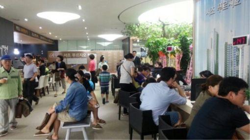 26일 서울 영동대로 푸르지오밸리에 문을 연 '서초 푸르지오 써밋' 견본주택에서 방문객들이 청약 상담을 받고 있다.