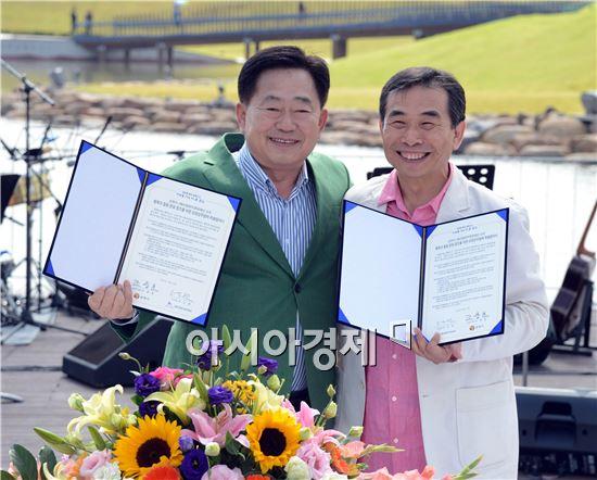 조충훈 순천시장(왼쪽)과 고도원 (재)아침편지문화재단 이사장이 협약을 체결하고 기념촬영을 하고있다.