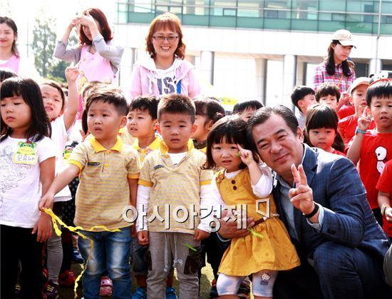 곡성군 어린이집연합 과학축제에 참석한 유근기 곡성군수가 어린들과 함께 기념촬영을 하고있다.