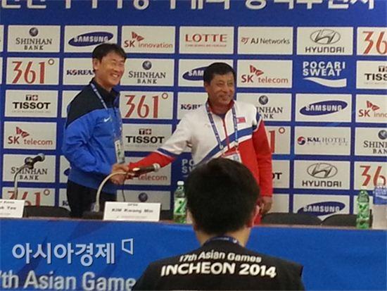 윤덕여 여자축구대표팀 감독(왼쪽)과 북한 김광민 감독이 준결승전을 앞두고 선전을 다짐하고 있다.