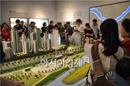 '반포 아크로리버파크' 2회차 견본주택을 찾은 방문객들이 모형도를 살펴보고 있다.