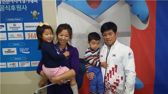 오른쪽부터 정지현, 아들 우현, 아내 정지연, 큰딸 서현[사진=이종길 기자]