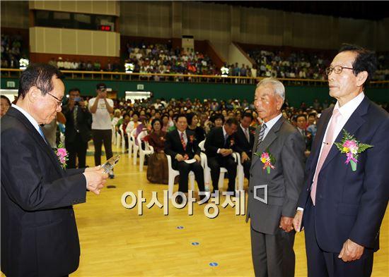 박희의 대한노인회 함평군지회장이 수상노인상을 시상하고 있다.