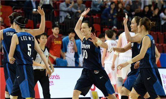인천아시안게임 여자 농구 정상에 오른 대표팀[사진=WKBL 제공]