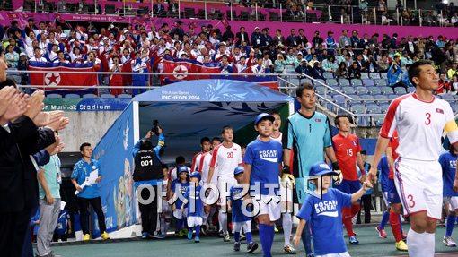 [포토]북한 선수단의 응원 받으며 입장하는 북한 축구대표팀