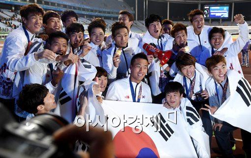 [포토]금메달 목에 걸고 기쁨 만끽하는 축구대표팀