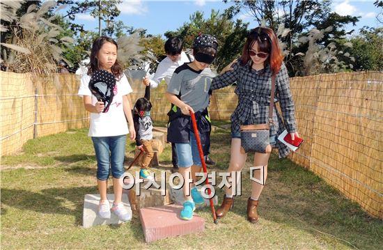 곡성심청축제가 열리고 있는 섬진강기차마을에서 5일 관광객들이 눈에 안대를 쓰고 심봉사체험을 하면서 초가을 정취를 만끽하고 있다.