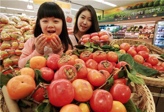 5일 오전 서울시 용산구에 위치한 이마트 용산점 과일코너에서 모델들이 잘 익은 주황빛 홍시를 선보이고 있다.