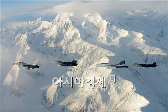 레드플래그 알래스카(Red Flag Alaska) 훈련에 참가하기 위해 서산기지를 출발해 공중급유를 받으며 미 알래스카 주 아일슨 공군기지에 도착한 대한민국 공군이 본격적인 훈련에 돌입했다.