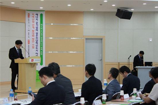 <박순영 목포대학교 LINC사업단장이 '제4회 호남권 청정에너지 정책 포럼'에서 축사를 하고 있다.>