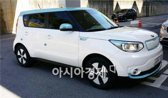 윤장현 광주광역시장이 출퇴근용 차량인 전기차 '쏘울'