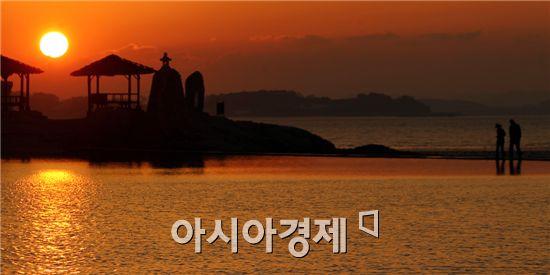 전형적인 가을날씨가 이어진 가운데 요즘 함평군 함평읍 석성리 돌머리해변이 가을빛으로 물들어 장관을 이루고 있다. 사진제공=함평군 노호성씨