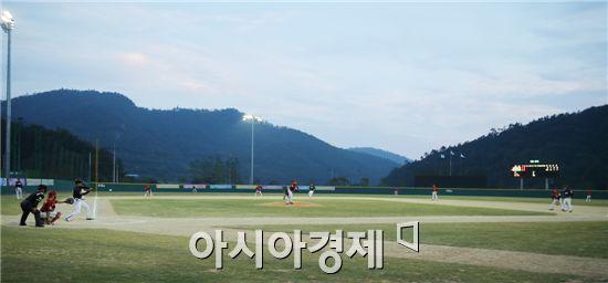 함평야구장에서 함평천지기 전국공원야구대회가 야간경기로 펼쳐지고있다.