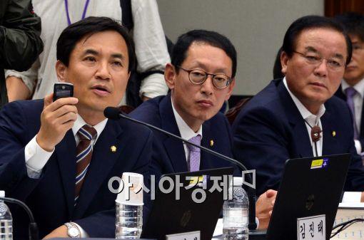 [포토]핸드폰 보여주는 김진태 새누리당 의원