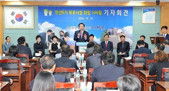 <박홍률 목포시장이 10일 취임 100일 기자회견을 열고 새로운 목포 창조를 위한 밑그림과 비전에 대해 설명하고 있다.>