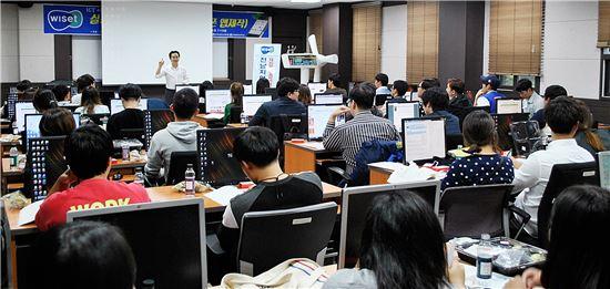 <이영호 목포대 컴퓨터공학과 교수가 ICT 관련학과 학생들을 대상으로 '스마트폰 앱 개발자 양성교육'을 실시하고 있다.>