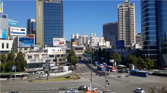 ▲서울시는 '서울역고가, 첫만남 : 꽃길 거닐다'라는 주제로 서울역 고가 시민개방행사를 열었다. 사진은 서울역 고가에서 찍은 전경
