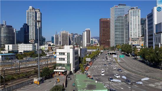 ▲고가도로 개방행사에서 만난 시민들은 대부분 서울역 고가 공원화에 대해 긍정적인 반응을 보였다. 사진은 12일 서울역 고가에서 찍은 전경