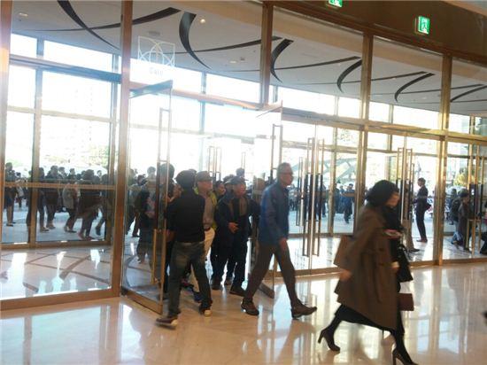 14일 제2롯데월드 에비뉴엘동이 오픈하자 고객들이 기다렸다는 듯이 입장하고 있다.