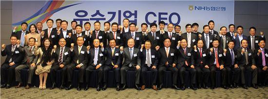 김주하 농협은행장(앞줄 가운데)이 14일 라마다광주호텔에서 전남·광주 소재 기업체 CEO 40명을 초청해 간담회를 열고 기념촬영을 하고 있다.(자료제공:농협은행)