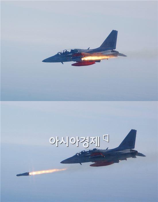 TA-50 경공격기가 공대지유도탄을 발사하고 있다.