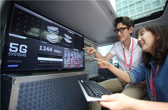 삼성전자 연구원들이 초고속 5G 이동통신을 시연하고 있다.