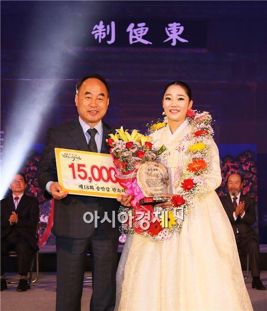 전지혜씨가 판소리 부문 명창부 대상(대통령상)을 받고 서기동 구례군수와 기념촬영을 히고있다.