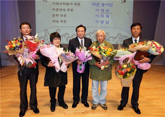 차성수 금천구청장과 금천구민상 수상자들